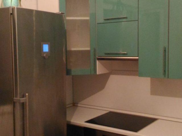 Кухня с глянцевыми фасадами цвета зеленый чай