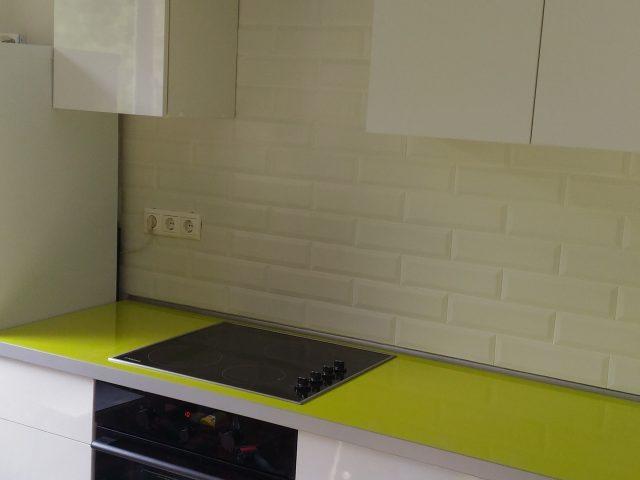 Глянцевая кухня с белыми фасадами из пластика