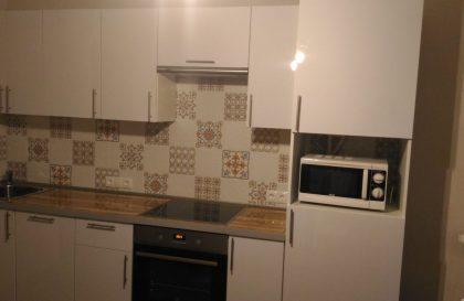 Прямая кухня с белыми глянцевыми фасадами