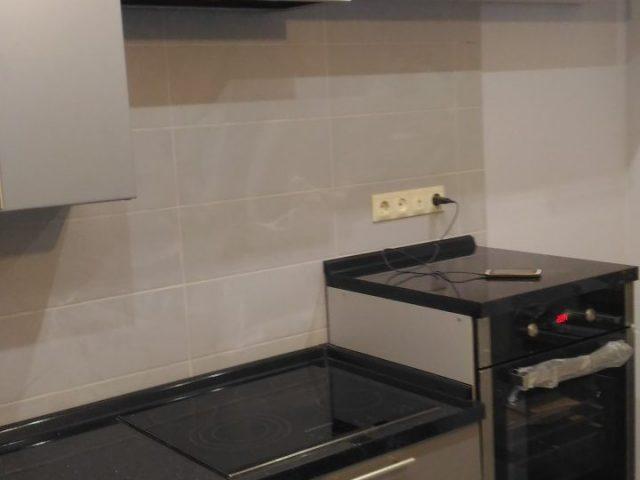 Кухня в сером цвете с матовыми фасадами из окрашенного МДФ