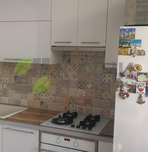 Кухня Вардек с фасадами из белого глянцевого пластика