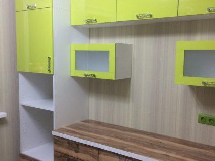 Кухня Вардекс с лаймовыми фасадами с покрытием из пластика
