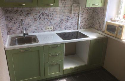 Прямая кухня Лэйди с салатовыми фасадами из массива