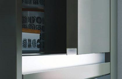Кухня «ИНТЕГРО» с фасадами из акрила со скрытой ручкой