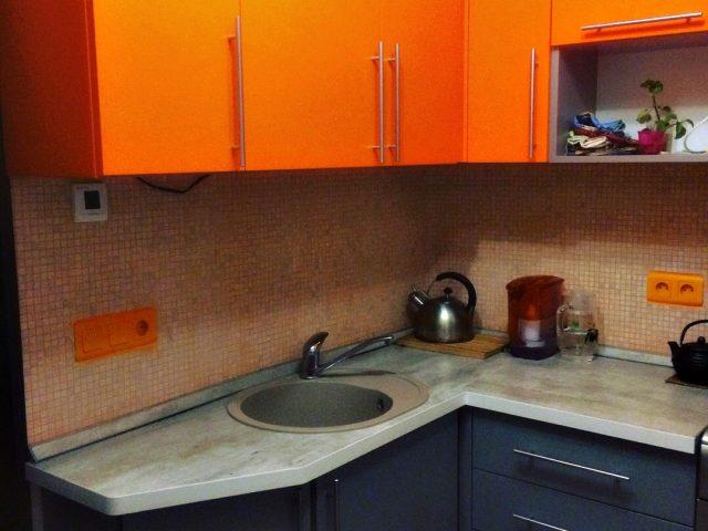 Угловая кухня Альва в оранжевом исполнении