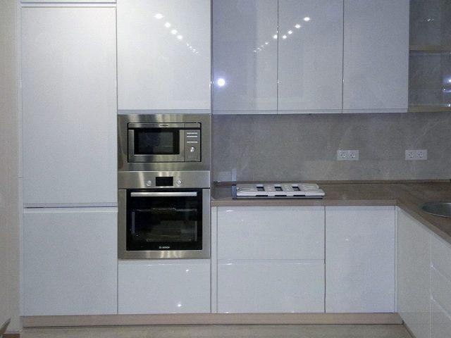 Кухня Breeze с белыми глянцевыми МДФ-фасадами