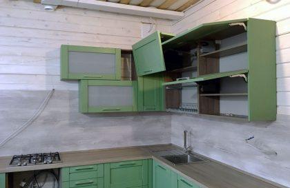 Салатовая кухня Альба с рамочными фасадами из массива дерева