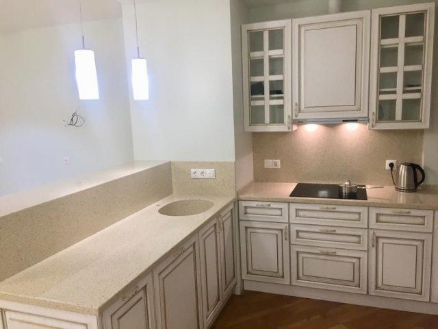Светлая п-образная кухня Наполи с фасадами из массива
