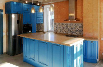 Кухня с островом Леворно в синем цвете