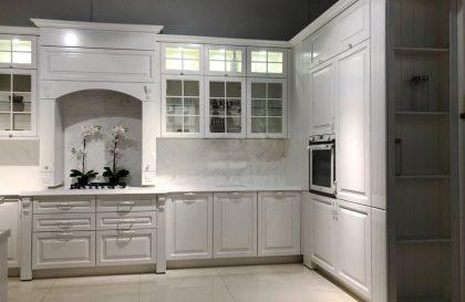 Белая классическая кухня Милана с фасадами из массива ясеня