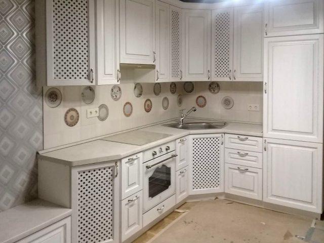 Кухня Милана в светлом исполнении в неоклассическом стиле