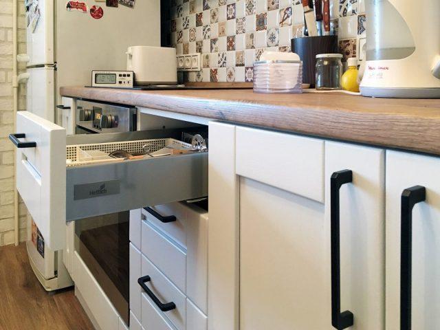 Белая кухня из массива в современном стиле Альба
