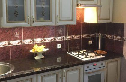 Прямая кухня из МДФ с нанесением золотой патины