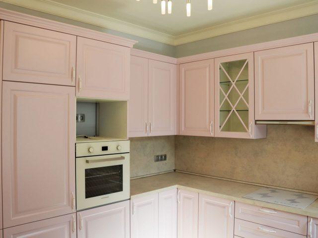 Розовая угловая кухня Роза с фасадами из МДФ в стиле Неоклассика
