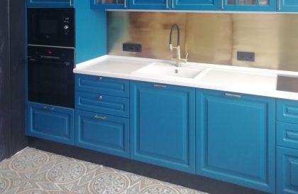 Синяя кухня из массива дерева Милана