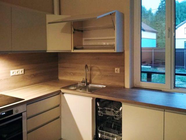 Кухня Фуксия с фасадами с алюминиевым профилем из МДФ