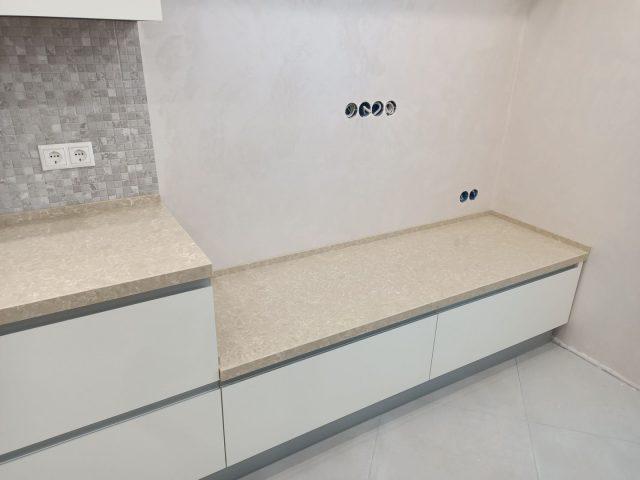 Кухня Фуксия с фасадами из МДФ со скрытой ручкой