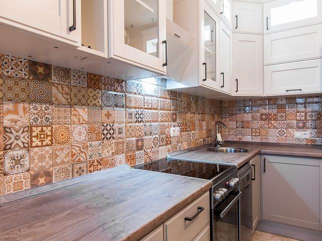 Угловая кухня ЗОВ Лугано с фасадами из массива ясеня